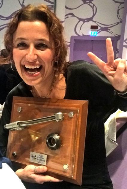 Liliana Bean, dell'Ufficio Stampa Ford, ritira il premio Auto Europa Sportiva 2017
