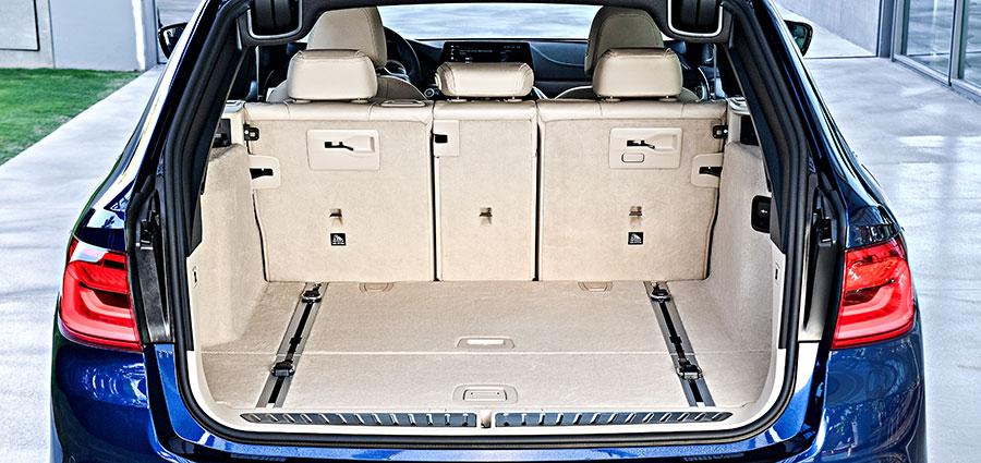 Il divanetto posteriore è divisibile e può essere sbloccato elettronicamente a distanza con un pulsante nel bagagliaio