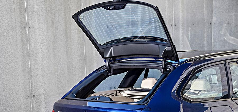 """Il lunotto ha un'apertura separata ed il cofano del bagagliaio può essere azionato in maniera automatica grazie all'apposito optional """"touchless"""""""