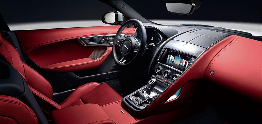 Gli interni della Jaguar F-Type sono stati resi più armonici a cominciare dai sedili molto più leggeri ed ergonomici