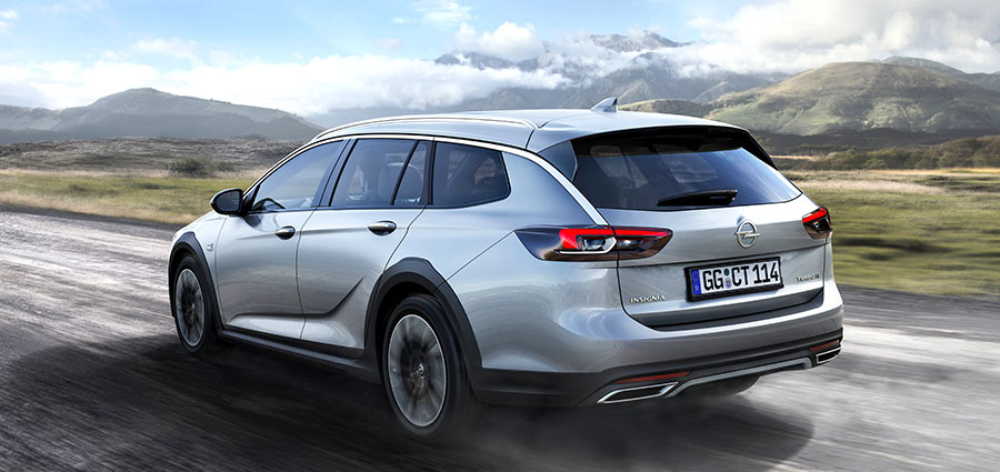 Spiccano nel posteriore le doppie cornici cromate degli scarichi che danno un appeal più largo e ribassato alla Opel Insignia Country Tourer