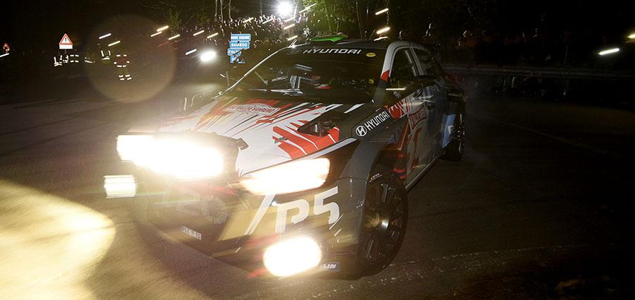 Hayden Paddon con la Hyundai i20 prova a scalzare in tutti i modi Andreucci dalla vetta della classifica