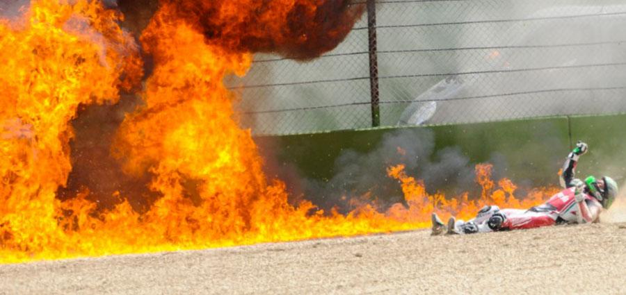 Gran brutta botta per Eugene Laverty che cade in gara 1 e la moto si incendia contro le barriere