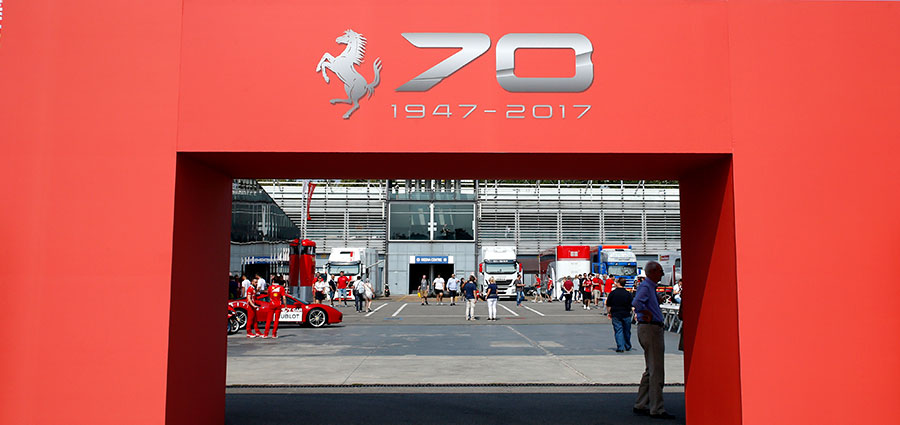 I festeggiamenti del 70° compleanno della Ferrari iniziano con una porta d'ingresso inequivocabile (Foto Antonio Perrone)