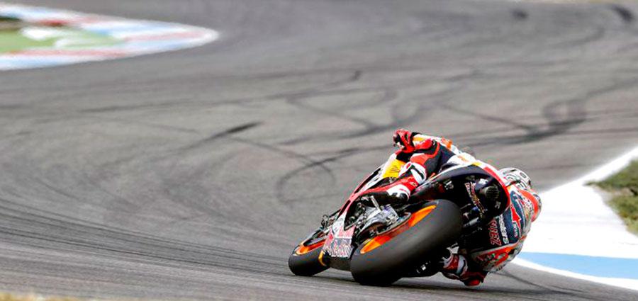 Il terzo posto va alla Honda di Marc Marquez che batte in volata Cal Crutchlow e Andrea Dovizioso