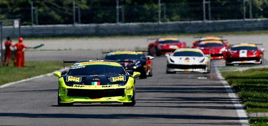 Nella prima manche della Coppa Shell del Ferrari Challenge ad emergere è Erich Prinoth (Foto Antonio Perrone)