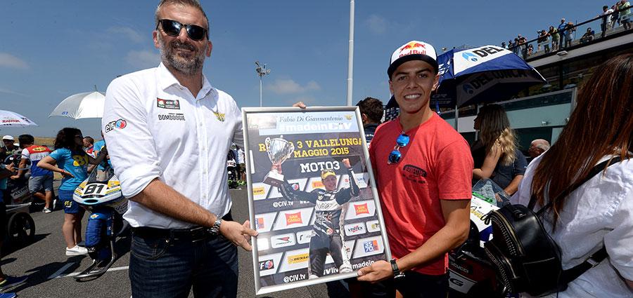 Simone Folgori premia in griglia di partenza della Moto3 Fabio Di Giannantonio come pilota #madeinCIV