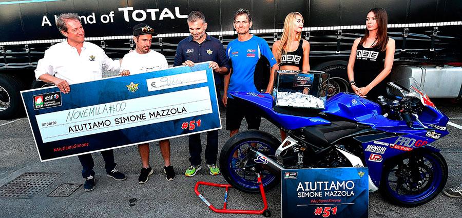 Il momento della consegna del ricavato della lotteria di beneficenza alla famiglia di Simone Mazzola