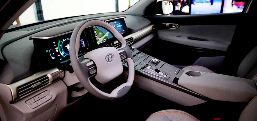 Il cruscotto aggrega i comandi e lo schermo centrale dando una sensazione di guida da SUV di alta qualità.