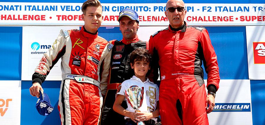 Il podio di gara 1 della Sport Prototipi con Ivan Bellarosa, Simone Patrinicola e Ranieri Randaccio