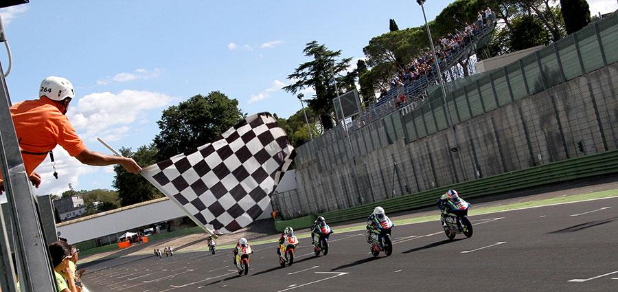 Lo sventolio della bandiera a scacchi nella MiniGP (Foto Gabriele Sabbatini)