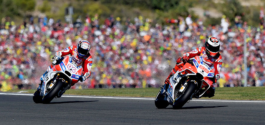 Finiscono nella ghiaia i sogni di entrambi i portacolori della Ducati, Jorge Lorenzo e Andrea Dovizioso