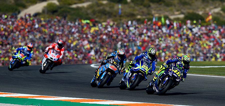 Quinto posto e migliore italiano al traguardo per Valentino Rossi, che proprio alla fine passa Andrea Iannone
