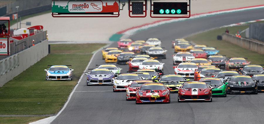 L'affollato start dela Coppa Shell Ferrari Challenge (Foto Antonio Perrone)