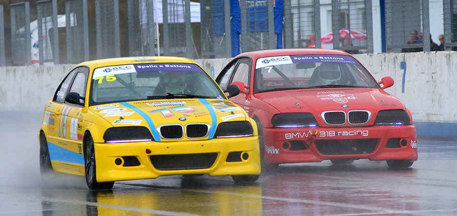 Sauro Cozzari (75) e Leonardo Francioli in lotta nella BMW 318 Racing Series (Foto Paolo Ambrosi)