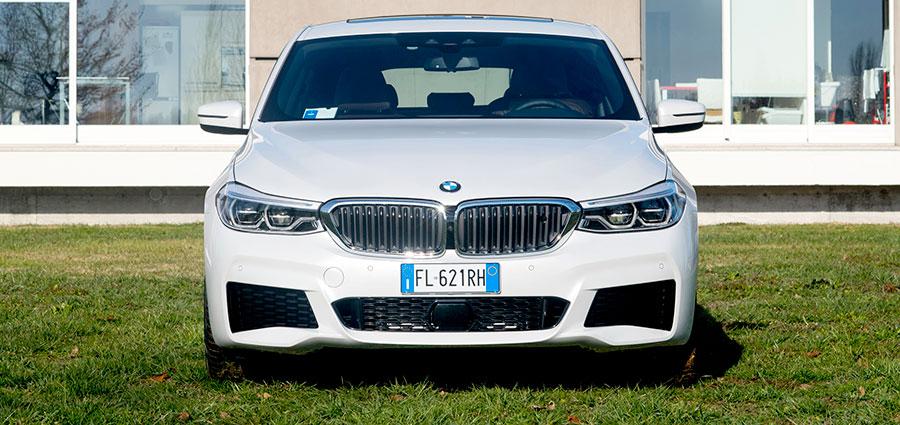 """Il cofano anteriore è stato allungato ed i fari sono posti a brevissima distanza dal """"doppio rene"""" tipico delle vetture BMW."""