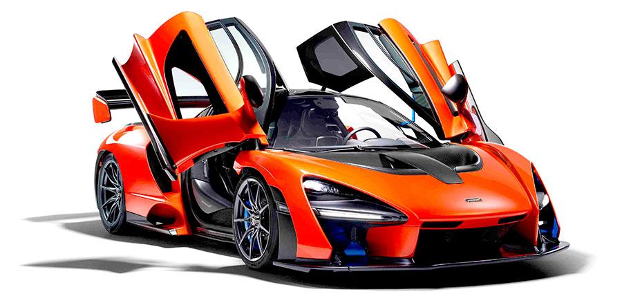 L'apertura delle portiere, a struttura diedrale, è verso l'alto come nel caso della famosa antenata McLaren F1