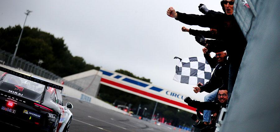 Il passaggio sotto la bandiera a scacchi di Alessio Rovera in gara 2