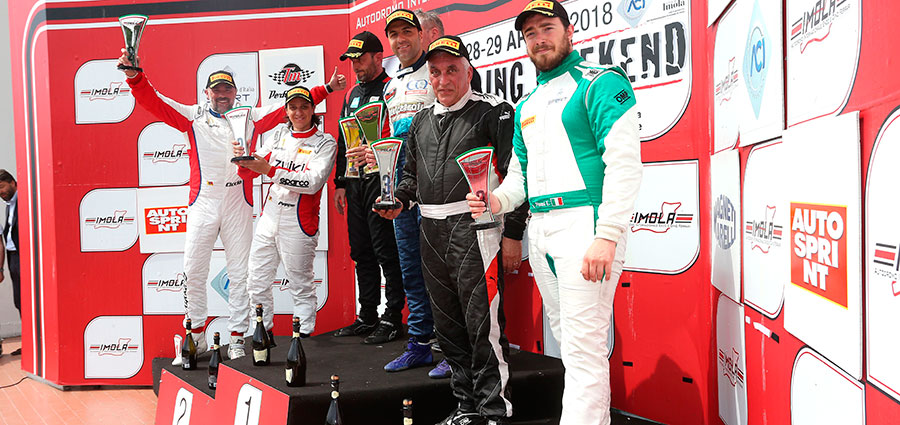 Il podio di gara 2 delle GT Cup