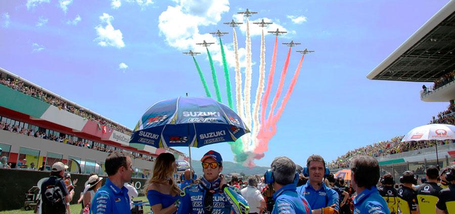 Bellissima foto di Alex Rins con lo sfondo del passaggio delle Frecce Tricolori (Foto Cavalleri-Betti)