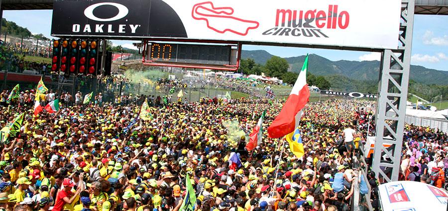 Tutti per uno, Valentino Rossi per tutti, ecco la chiusura in bellezza con la marea gialla (Foto Cavalleri-Betti)