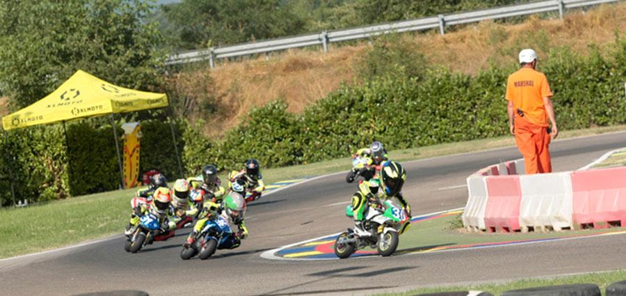 La Junior A del Campionato Italiano Minimoto in azione sul Circuito La Scintilla di Contigliano