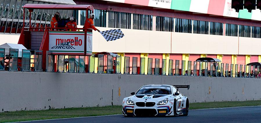 L'arrivo vittorioso di gara 1 della BMW M6 ufficiale di Stefano Comandini e Jesse Krohn