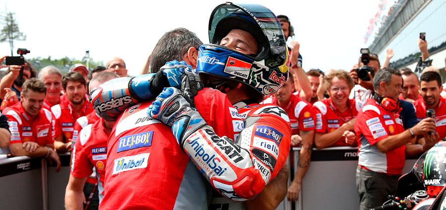 L'abbraccio festoso di Andrea Dovizioso con i tecnici Ducati dopo la vittoria (Foto Claudia Cavalleri)