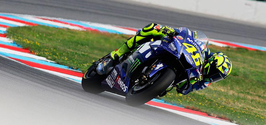 Proprio sul traguardo per pochi metri Valentino Rossi guadagna il quarto posto ai danni di Cal Crutchlow (Foto Claudia Cavalleri)