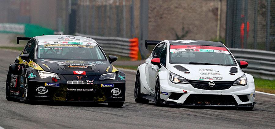 In gara 2 Andrea Argenti (a destra) con l'Opel Astra chiude nono mentre Francesco Savoia  è undicesimo