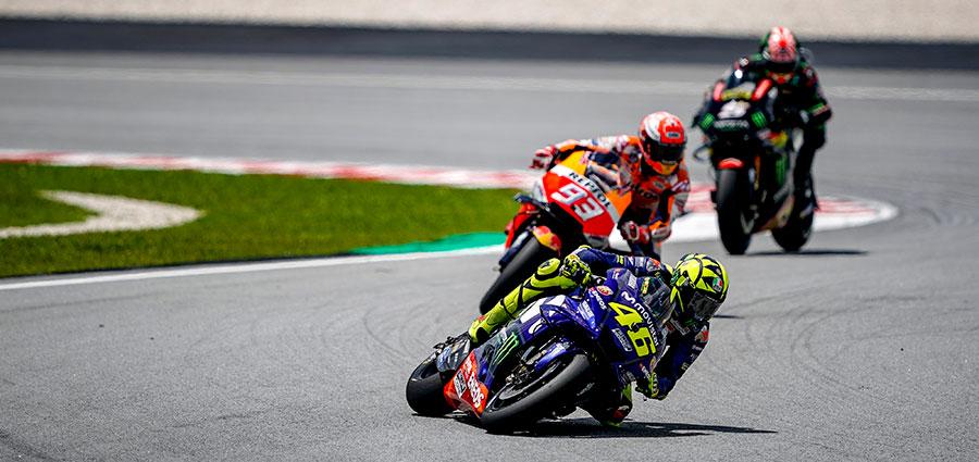 Sfortunatissimo Valentino Rossi che a pochi giri dalla fine scivola mentre stava dominando la gara