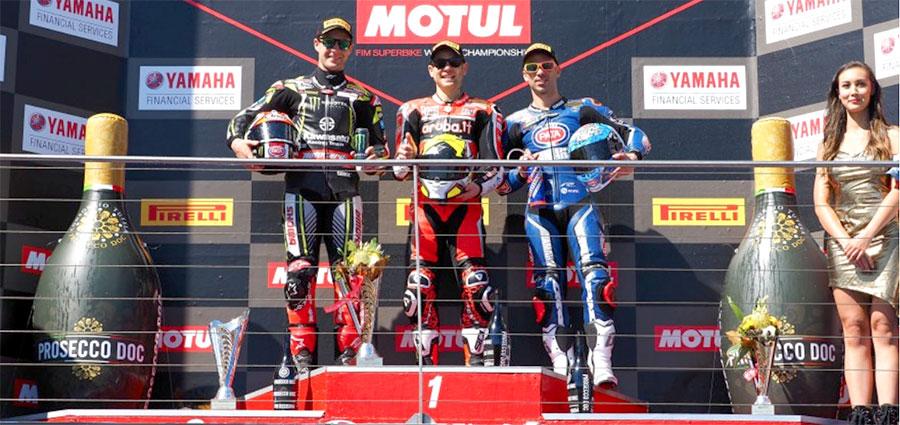 Il podio di gara 1 con Bautista, Rea e Melandri