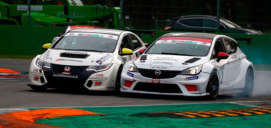Andrea Argenti con la Opel Astra TCR, nella bagarre si tocca con la Honda Civic TCR di Davide Nardilli e perde terreno