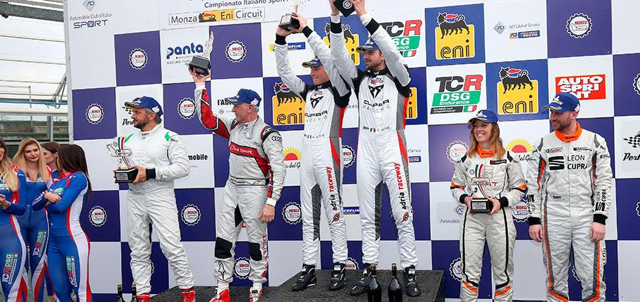 Trofei al cielo sul podio della gara d'esordio del TCR Endurance a Monza
