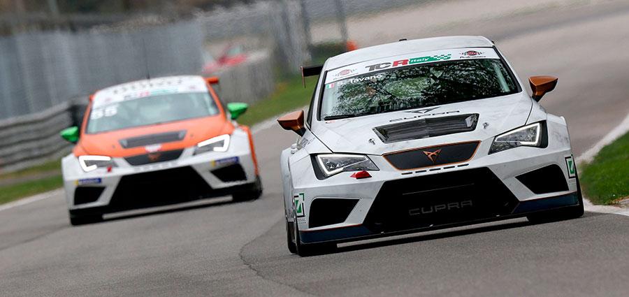 Salvatore Tavano con la Cupra TCR è al comando della classifica generale con 8 punti di vantaggio su Enrico Bettera