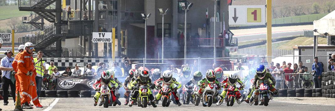 Folto gruppo di piloti Minimoto allo start sul circuito del Mugellino