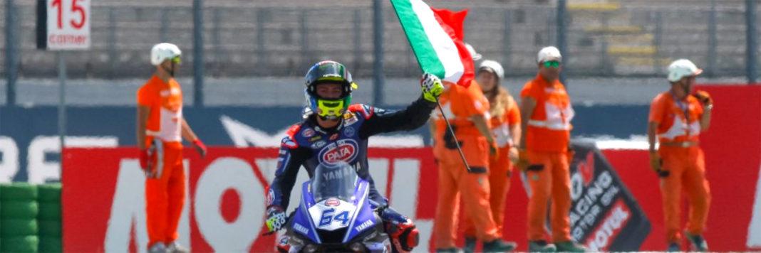 Federico Caricasulo sventola il Tricolore per la vitoria della tappa WSSP a Misano Adriatico