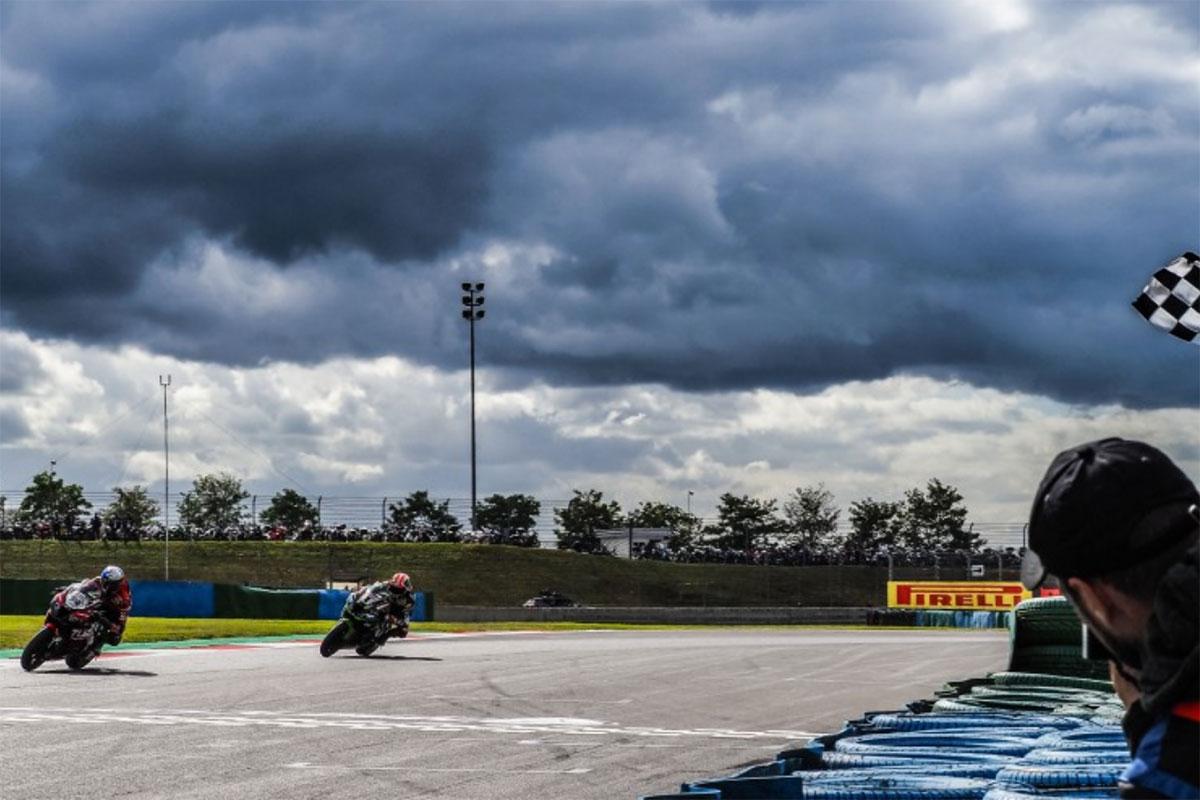 L'arrivo vittorioso in gara 1 di Toprak Razgatlioglu con la Kawasaki ZX-10 RR di Puccetti