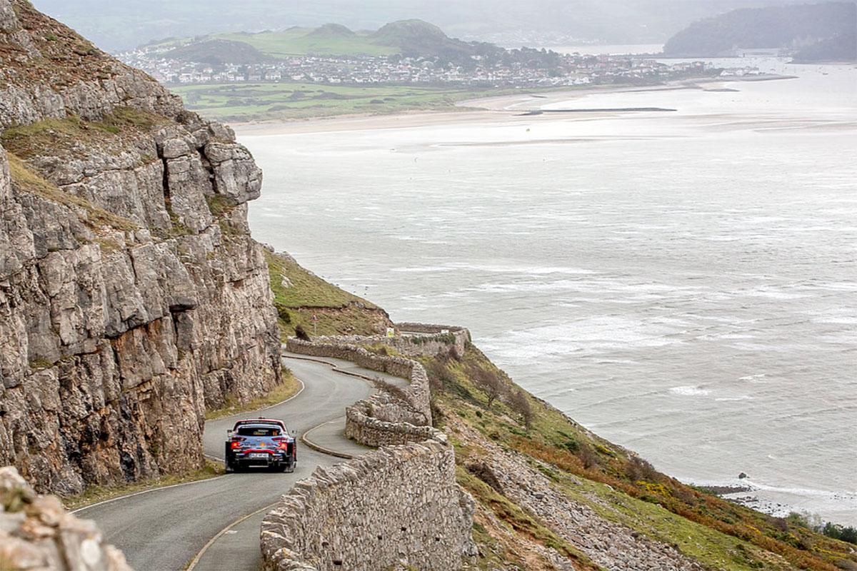 Thierry Neuville e Nicolas Gilsoul con la Hyundai i20 Coupé WRC guadagnano l'argento di giornata