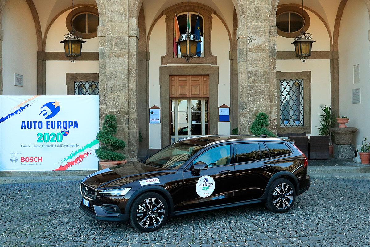 Molto apprezzata dai giornalisti del UIGA anche la Volvo V60 Cross Country, seconda classificata nella corsa all'ambito titolo