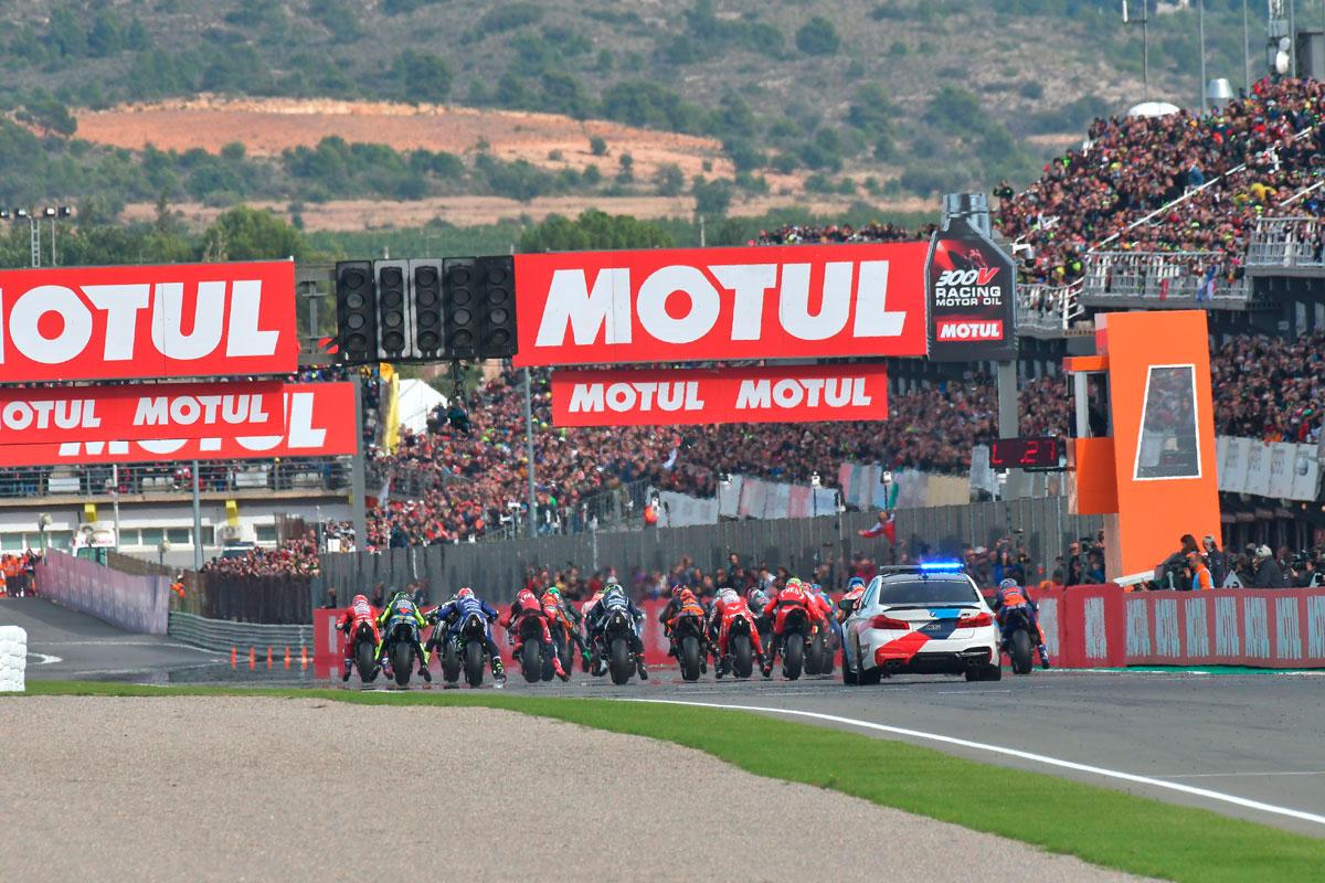 Insolita prospettiva dell'ultimo start della stagione MotoGP 2019 a Valencia (Foto Cavalleri-Betti)