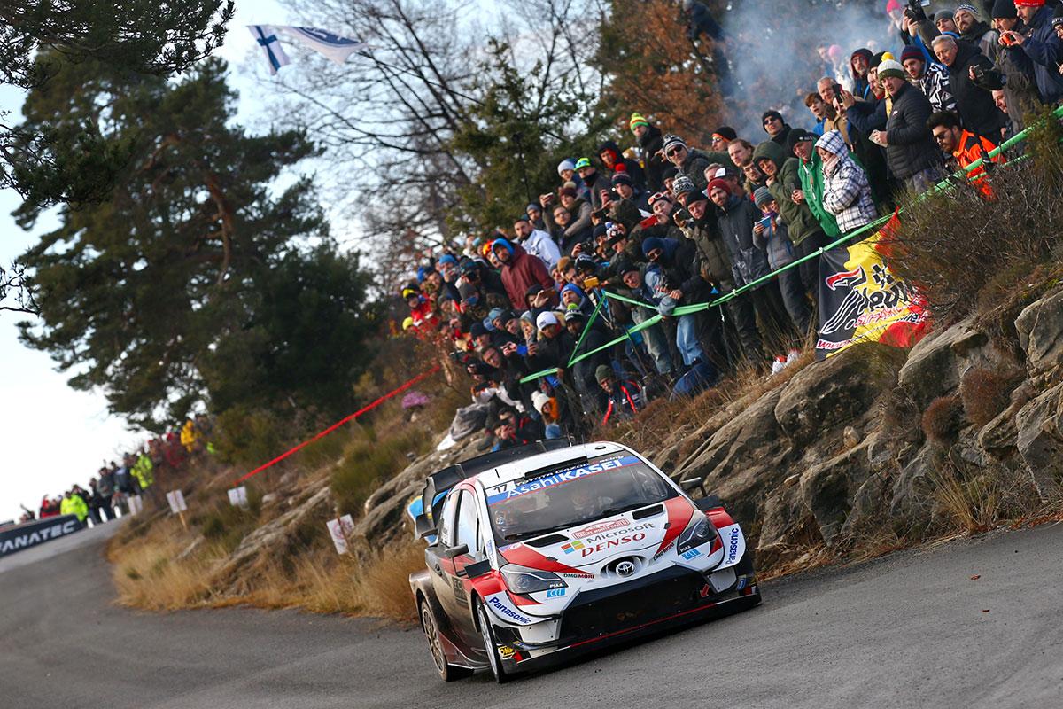 E' Sebastien Ogier a piazzare la prima delle Toyota Yaris WRC sul secondo gradino del podio. Terzo posto per quella di Elfyn Evans.