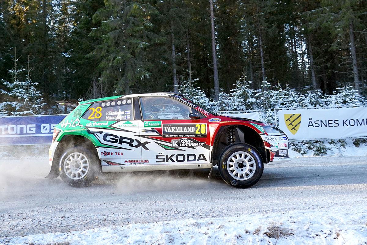 In WRC 3 Emil Lindholm su Skoda Fabia R5 Evo si piazza alle spalle del vincitore Jari Huttunen con la Hyundai i20 R5
