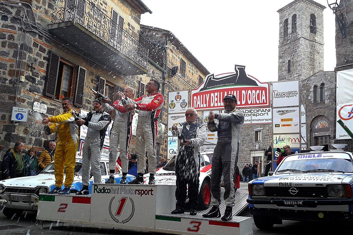 Il podio del Campionato Italiano Rally Terra Storico al Rally Val d'Orcia con Sipsz, Mombelli e Rocchieri