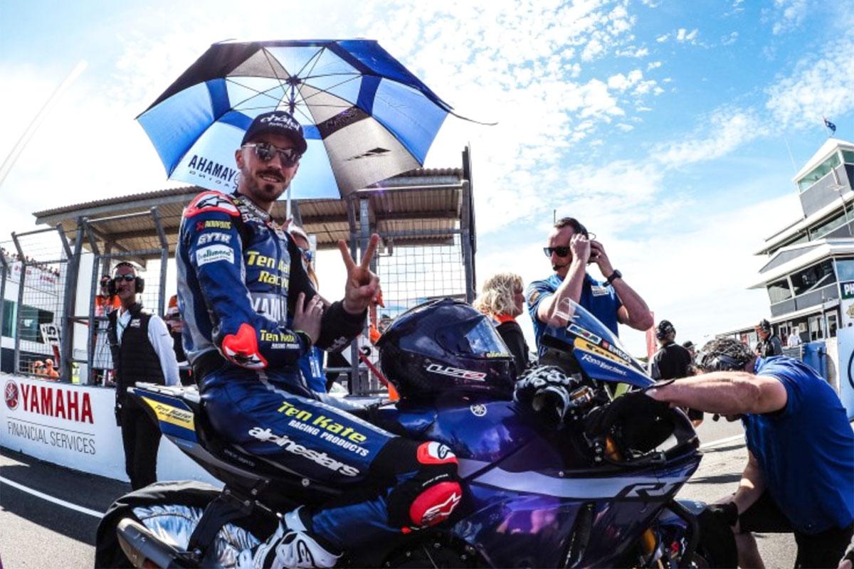 Il francese Loris Baz con la Yamaha YZF R1 è settimo in gara 1 primo degli Indipendenti