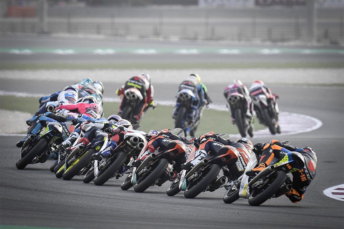 Il serrato gruppone delle Moto3 a Losail