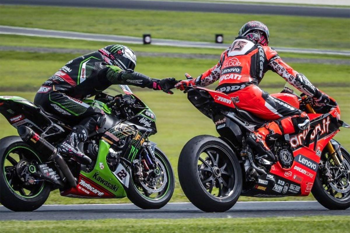 Stretta di mano volante tra Alex Lowes (Kawasaki ZX-10 RR) e Scott Redding (Ducati Panigale V4 R)  rispettivamente secondo e terzo in gara 1