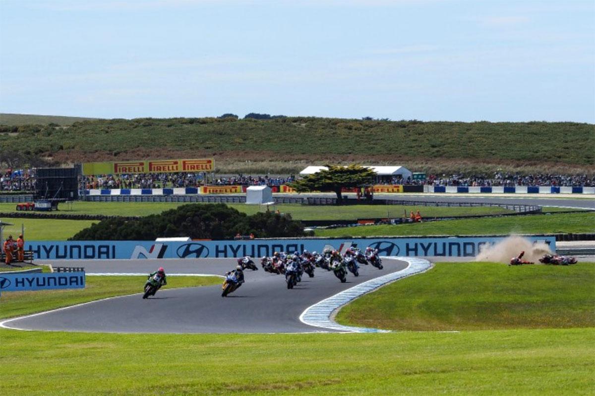 Lo start della gara vede in testa Andrea Locatelli e sullo sfondo il gran volo dello svizzero Randy Krummenacher
