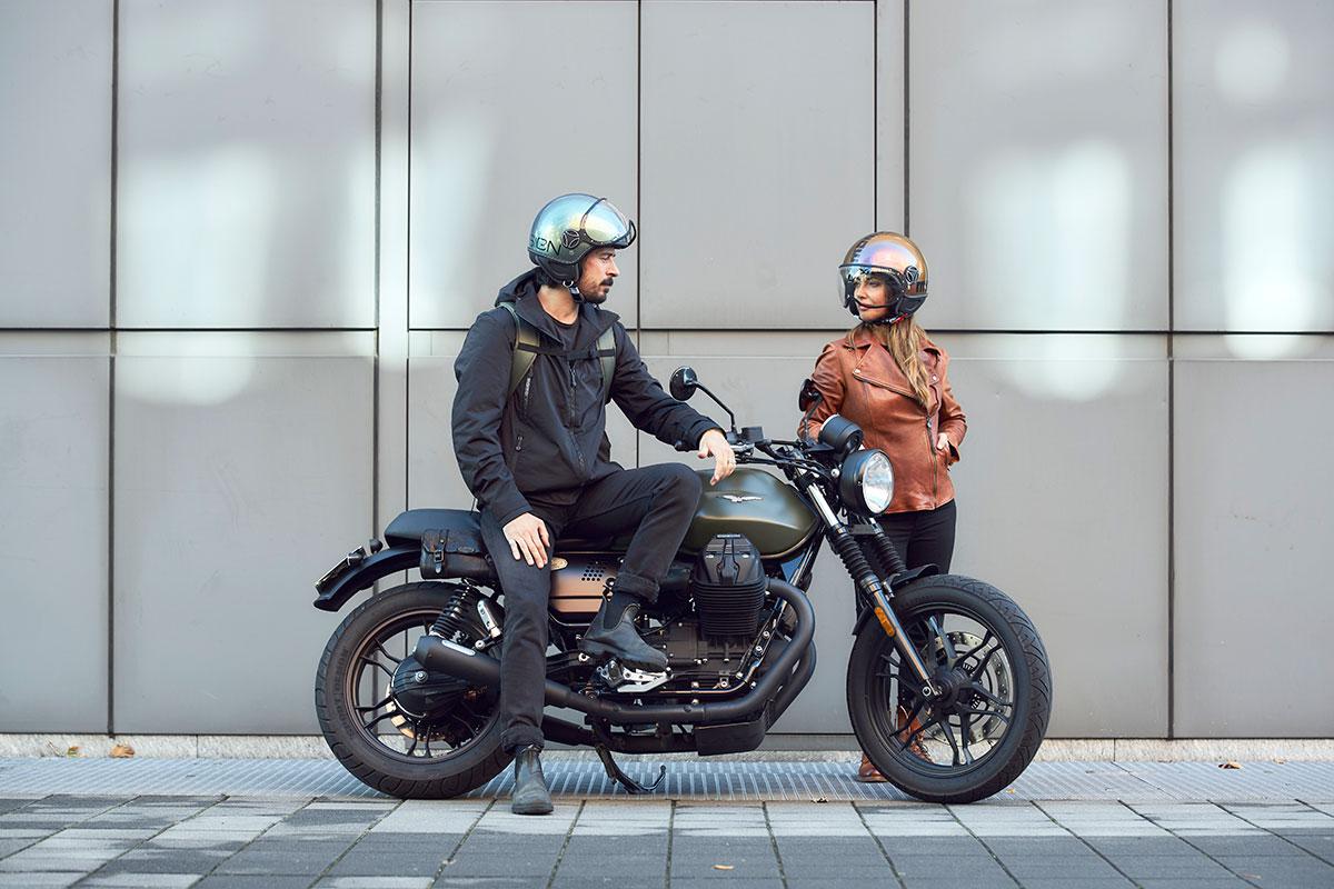 Il casco Momo Design FGTR Pop sono realizzati con una nuova vernice che richiama la mutevolezza della luce