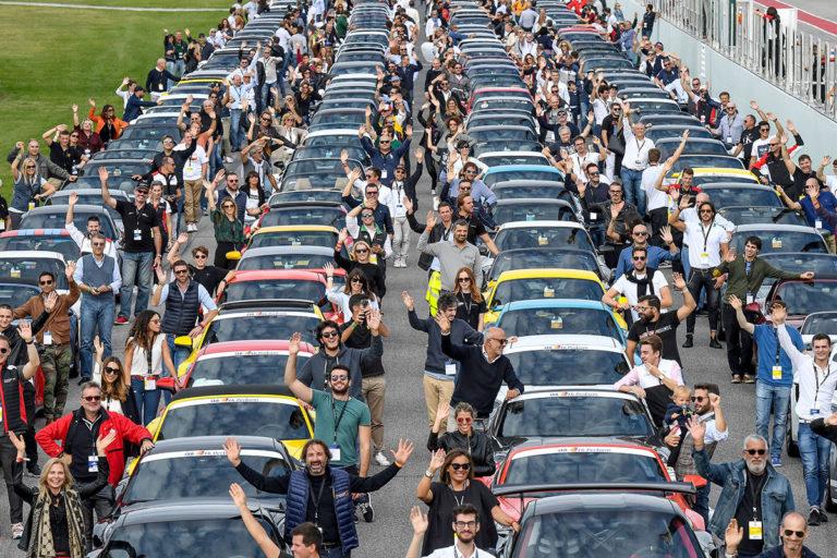 Una bella immagine che rappresenta l'ultima edizione del Porsche Festival al Misano World Circuit